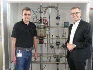 Romain Ferrari co-fondateur de Polyloop et Olivier Thomas directeur de Kem One plateforme de Balan, devant le pilota laboratoire de Polyloop